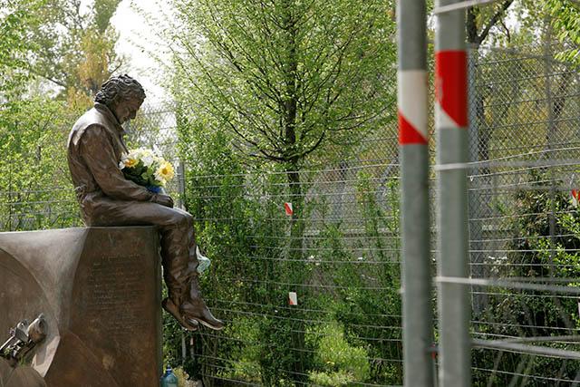 Spomenik Ayrtonu Senni nedaleko mjesta njegove pogiblje